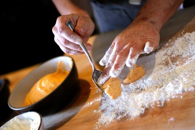 Coloque cuidadosamente spoonfulls de la mezcla de ñame-ricotta en su harina.