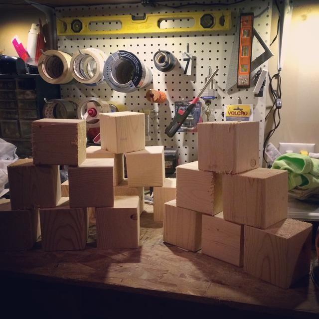Para un juego que tendrá 6 cubos. Lija los bordes de cada para eliminar cualquier rugosidad. Yo prefiero usar mi ratón lijadora con una almohadilla de grano 50. Pero si usted tiene una lijadora de banda que va incluso más rápido.