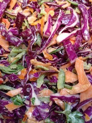 Revuelva bien, por lo que todo el repollo, zanahorias y pimientos están recubiertas uniformemente en el vestir.