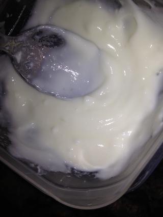 Tome una cucharada de yogur y convertirlo en una pasta suave con una cuchara.