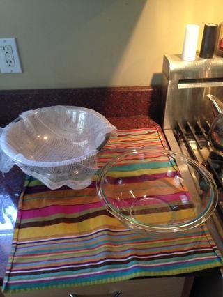 Prepare el colador, gasa y un recipiente para coger el suero.
