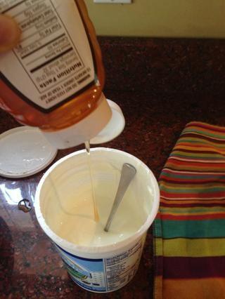 Me gustaría añadir un poco de miel. Uno o dos cucharadas es suficiente para la mayoría de los envases de yogur grandes. Revuelva bien, refrigerar y disfrutar !!