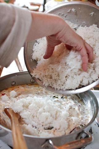 Añadir el cocinado, el arroz se enfría a esta mezcla.
