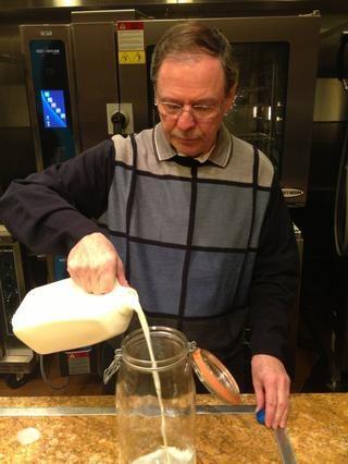 Vierta la leche en la jarra desinfectados.