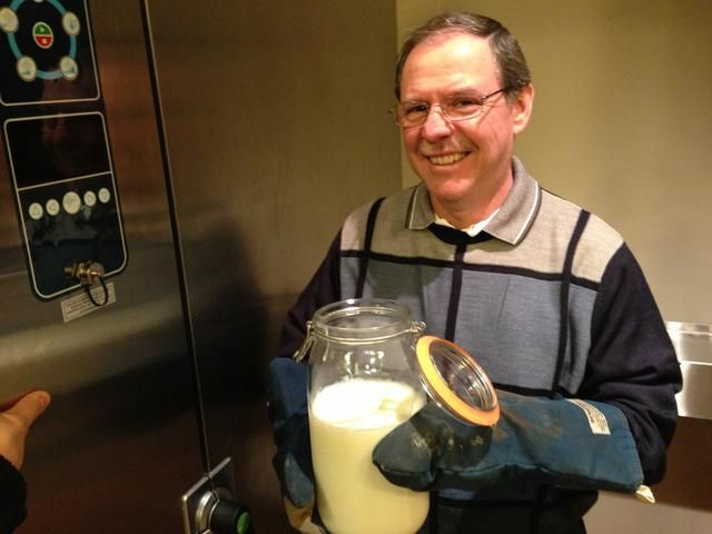 Enfriar la leche hasta que esté 115 ° F. Hemos utilizado un enfriador rápido Alto-Shaam pero puedes dejarlo sobre el mostrador si usted no't have a chiller. It will just take longer.