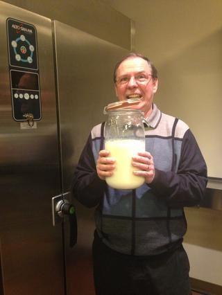 Cuando la leche se enfría a 115 ° F, ya está listo para añadir el yogur con la cultura viva.