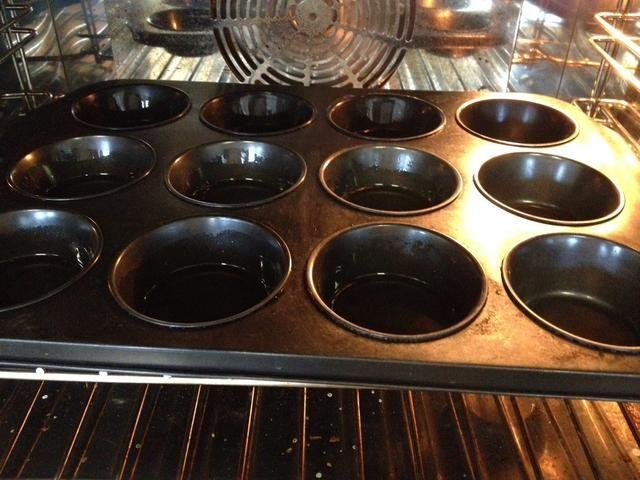 Escurrir la grasa, dejando un poco en la bandeja. Por favor, tenga cuidado de no quemarse, ya que estará muy caliente y se quema grasa aren't very nice!
