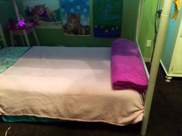 Si quieres, agarra una manta de tiro y doble que con el tamaño de su cama, y laicos que en el extremo de su cama.