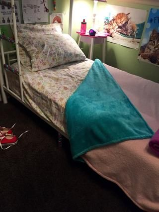 Añadir dos almohadas de su elección hasta el final de su cama que duerme.