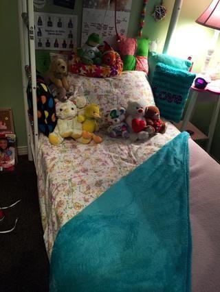 (Opcional) Añadir almohadas más pequeños y animales de peluche alrededor de los principales almohadas. Disfrute de su hermosa cama recién hecha ??????