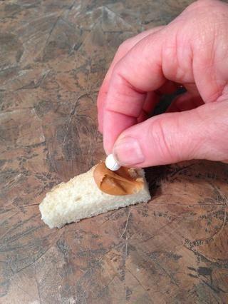 Ponga la píldora en la mantequilla de maní ....