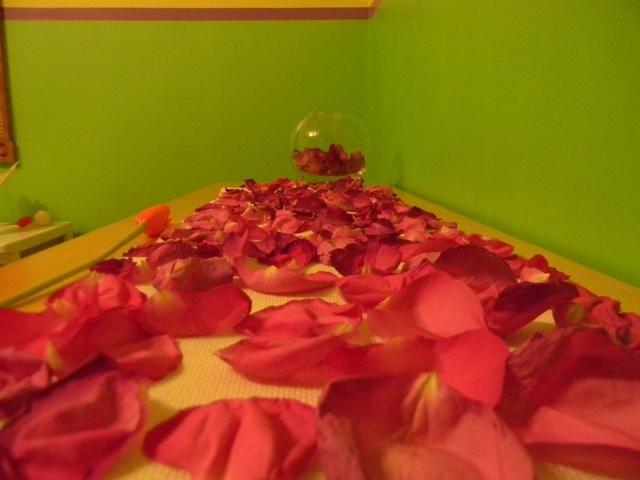 Ahora sólo tienes que seguir viendo su alfombra de rosas. Para una docena de rosas me tomó alrededor de tres días para que se sequen todos. Así que usted quiere asegurarse de que usted tiene el espacio para ello.