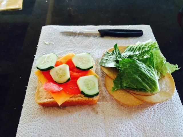 Añadir las verduras o la carne para que sea igual como la otra rebanada
