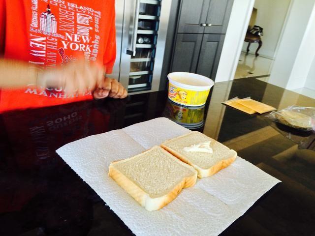 Coloque la propagación que tiene en una rebanada del sandwich. También puede ponerlo en ambas rebanadas
