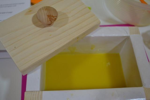 Tome ur mezcla de jabón y lentamente vierta en el molde de la utilización de su espátula para empujar hacia abajo en la esquina y alrededor de los bordes para asegurarse de que hay agujeros.