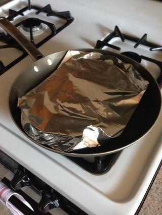 ATENTAMENTE poner el papel de aluminio sobre la pizza y tratar de meter abajo mejor que pueda.