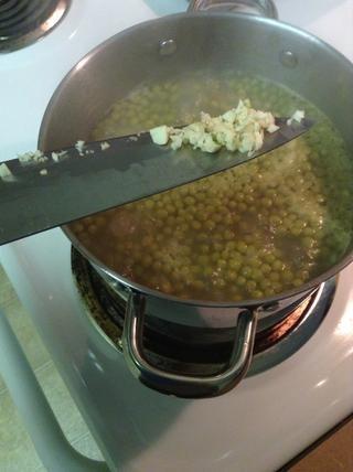 La sopa debe estar hirviendo ya durante 20-25 minutos. Ahora agregue el ajo y los guisantes !!! Para thosenwho no haga como el ajo, no te preocupes, es más por el aroma, no el sabor.