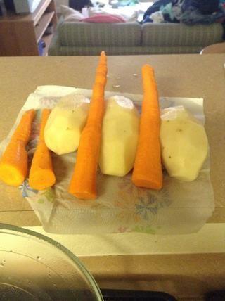 Debe tener un aspecto como este. Peal las zanahorias por rayar el repique con un cuchillo. Lave después de haber terminado!