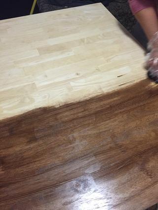 Trate de mezclar a cabo ninguna marca de esponja que puede ver. Continuar a la mancha hasta que su mesa está cubierta.