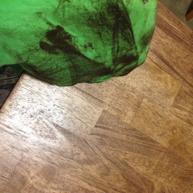 Utilice una camiseta vieja para limpiar el exceso de colorante. Espere alrededor de 8 horas o menos antes de aplicar otra capa. (Lo sé's time consuming.)