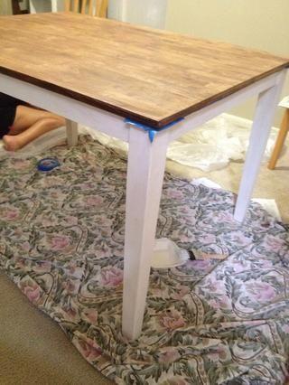 Cinta de la parte inferior de la tabla y comenzar a aplicar su pintura tiza.