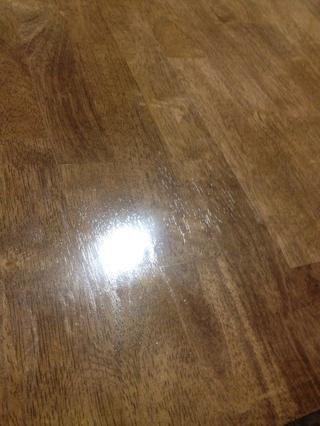 Mira cómo el poli mejora la madera. Después de una sola capa, mira la bonita brillar's giving.