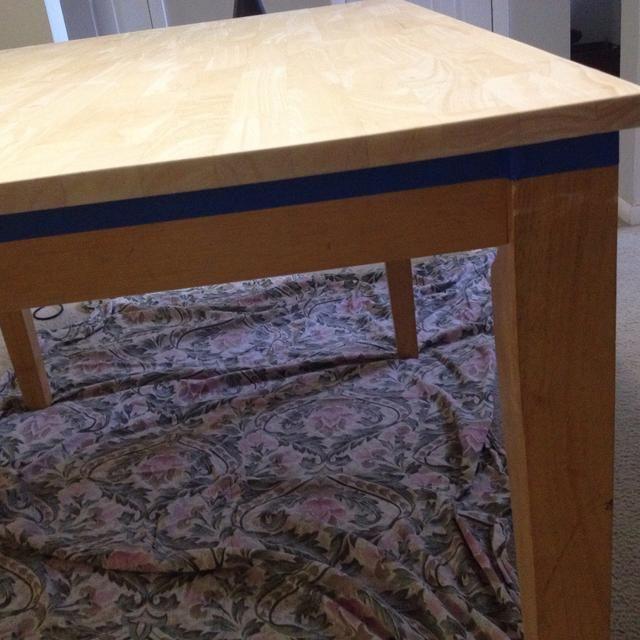 Cinta del lado de su mesa para que la mancha doesn't get on the bottom part.