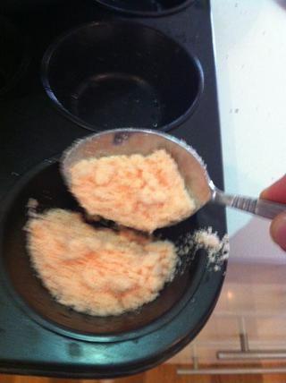 Vierta la mezcla en las bandejas.