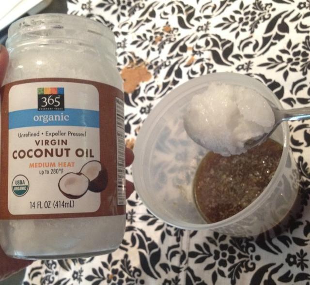 Añadir 1 cucharada de aceite a la vez, mezclando lentamente a espesar.