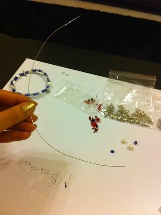 MASURE el tamaño de la pulsera. Cortar el cable teniendo en cuenta el tamaño de deseo.