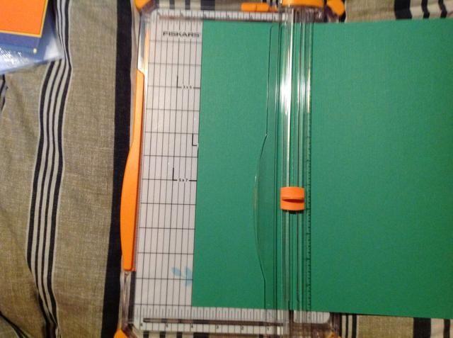 Coloque el papel en la parte 4 y cortar una tira de 4 pulgadas fuera.