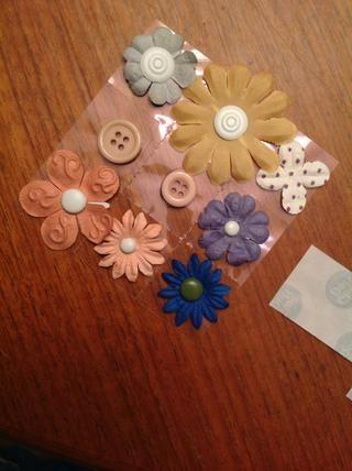 Para obtener más flash y estilo, añada flores! Puse el brad a través de las flores y el uso de pegamento puntos aquí.