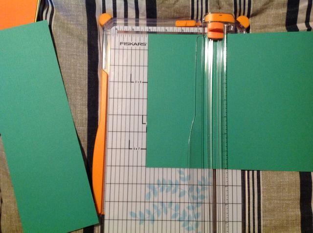 Gire el papel de un cuarto de vuelta y cortar el papel en 4 pulgadas y 8 pulgadas. Esto le dará 3 bases que son 4 pulgadas de ancho por 8 pulgadas de largo. Tome la primera tira a cortar y cortar 4 pulgadas a.