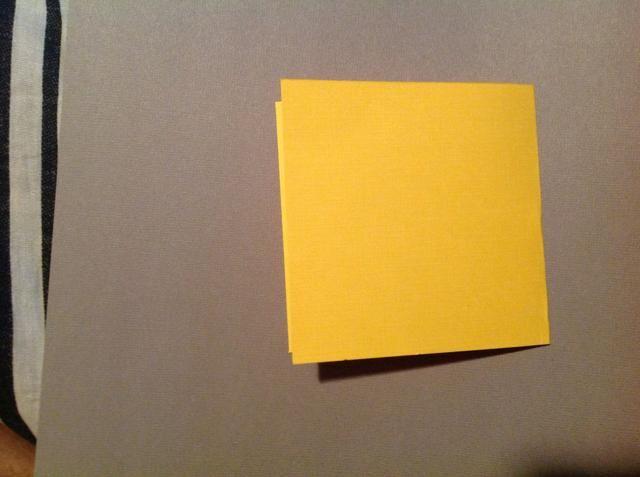 Ahora vas a doblar la base en un medio para conseguir un 4 pulgadas con tarjeta de 4 pulgadas.