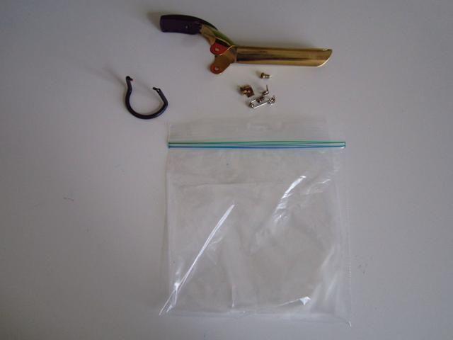 Ponga los pedazos en una bolsa de plástico y asegúrese de guardar la bolsa en un lugar que'll remember!