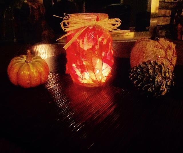 Coloque otros artículos de otoño como calabazas y los conos de pino alrededor de la jarra para la decoración adicional.