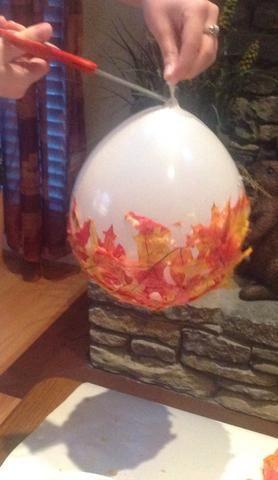 Da la vuelta al globo una y cortar una pequeña abertura cerca de donde usted atado el globo.