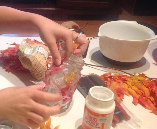 Repetir la etapa de colocar y que cubre las hojas hasta que el frasco está cubierto.