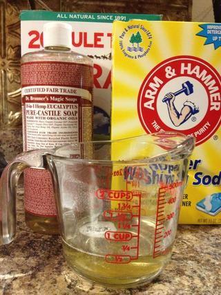 Mida media taza de líquido Castilla Jabón y añadir a la olla y mezclar con un batidor. Elija cualquier aroma que como- Me gusta mucho el eucalipto para los platos! Para el detergente más aromática, añadir unas gotas de aceite esencial.