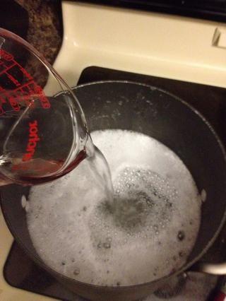 Reduce el fuego a bajo y agregue restante 8 tazas (2 qts) de agua, mezclando bien. Para un detergente más gruesa, dejar cocer a fuego lento 20-30 minutos. Para más delgado, más detergente licuado, no tome la cocción a fuego lento.