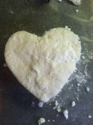 Use sus dedos para llenar el cortador de galletas con la mezcla de jabón .... Usé éste en forma de corazón! :)