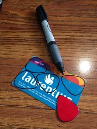 Utilice la opción real (también conocido como plectro) como plantilla, y dibujar su contorno en la tarjeta de plástico.