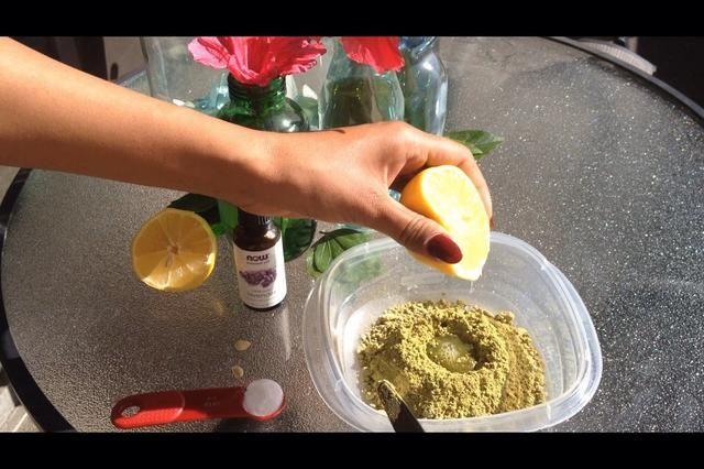 Comience con la cantidad deseada de polvo de henna. Añadir el jugo de limón recién exprimido Unas cucharaditas a la vez. Mezclar constantemente ..