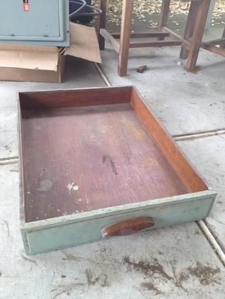 Los cajones de los muebles viejos en el sótano. Asegúrese de perforar varios agujeros en la parte inferior para que el agua pueda drenar.