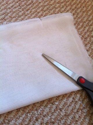 Luego dobla la tela en la dirección más larga de este tipo, y cortar el exceso de salir. A continuación, medir la longitud redondeando la tela en ur cintura, y cortar la longitud u como.