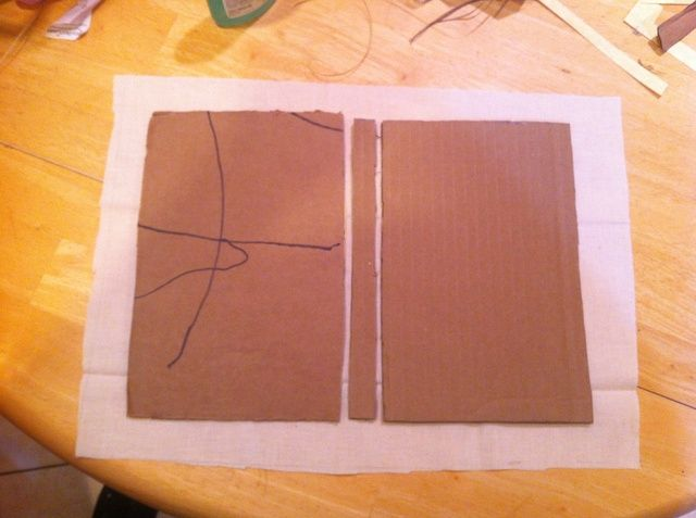 Cortar la tela alrededor de una pulgada más grande todo alrededor de sus portadas