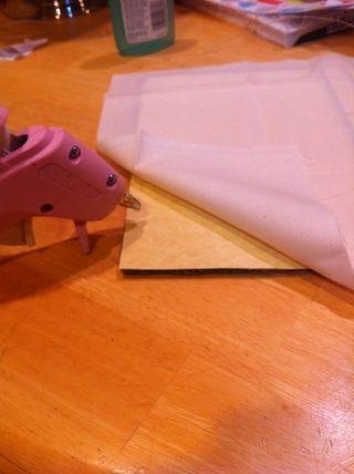 Me pego mi tapadera hace con una pistola de pegamento caliente. (He añadido un poco de papel de cartón a mi ya mi tela era ver a través.)