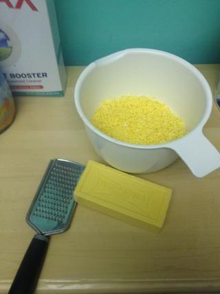 Tome su rallador de queso fino y rallar su jabón. Usted puede tratar de utilizar un procesador de alimentos, pero yo don't recommend it. Don't worry, this is the only hard part!