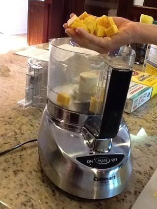 Ponga estos trozos en el procesador de alimentos.