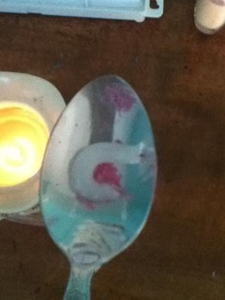 Ponga vaselina en una cuchara w / sombra de ojos y fundir sobre una vela. Agregue aceite si quieres el bálsamo para ser más hidratante. Otras recetas utilizan otras cosas y suelen ser mejores para tus labios y más gourmet pero esta Works2